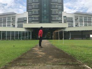 学校に立つ